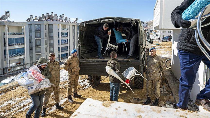Elazığ'da depremzedelerin ev eşyaları jandarma araçlarıyla taşınıyor