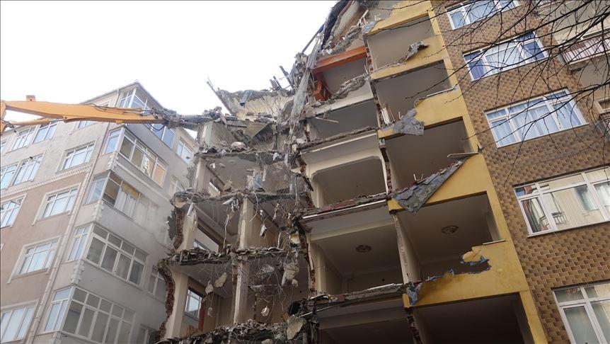 Bahçelievler'de riskli binaların yıkımı devam ediyor..