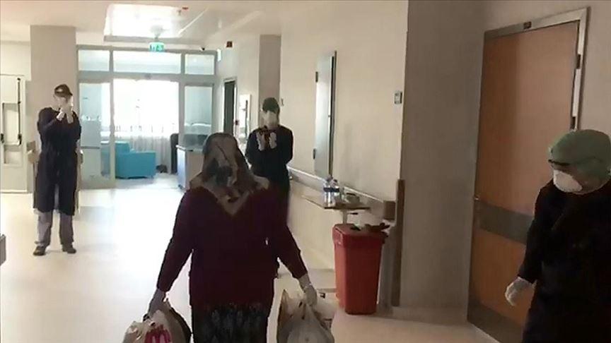 Sivas'ta koronavirüs tedavisi gören 19 hasta alkışlarla taburcu edildi