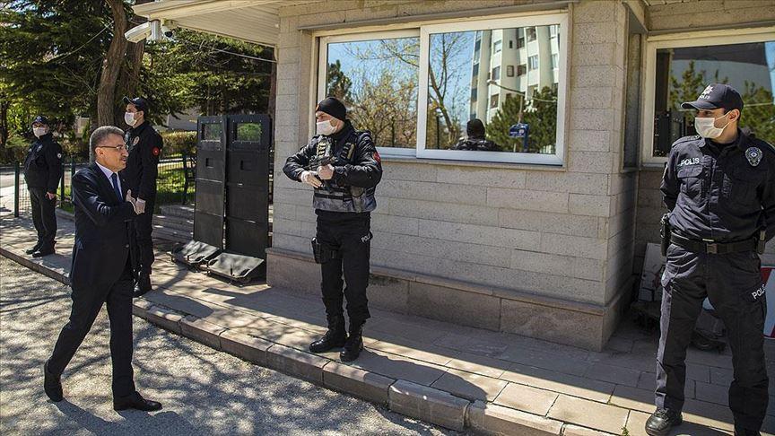 Cumhurbaşkanı Yardımcısı Oktay'dan görev başındaki polislere ziyaret