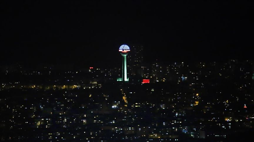 Başkentin sembolü Atakule Azerbaycan Bayrağı'nın renkleriyle ışıklandırıldı