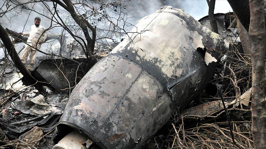 Flaş! Pakistan'da yolcu uçağı yerleşim alanına düştü