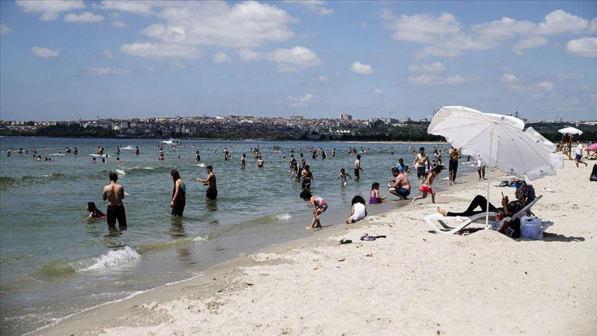 Bayram tatilini fırsat bilenler ilk günü plajda eğlenerek geçiriyor