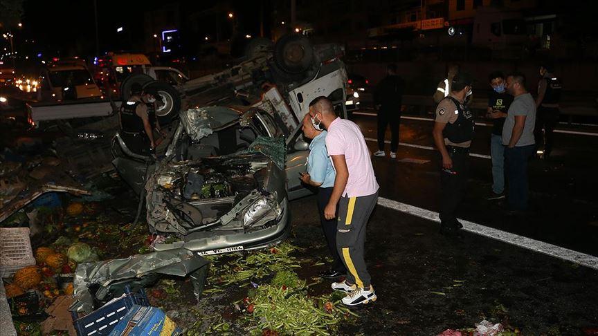 İstanbul'da kamyonet ile otomobil çarpıştı: 5 yaralı