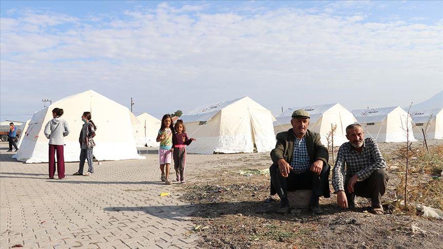 Niğde'deki depremin merkezi Obruk köyünde vatandaşlar geceyi dışarıda geçirdi