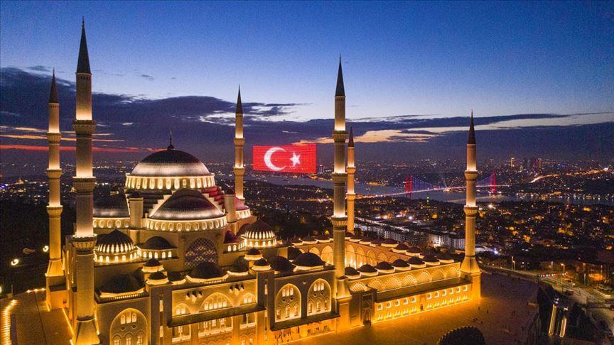 Büyük Çamlıca Camisi, 29 Ekim Cumhuriyet Bayramı temalı mahyalarla aydınlatıldı