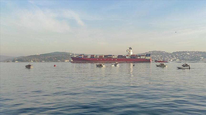 Dev konteyner gemisi İstanbul Boğazı'ndan geçti!