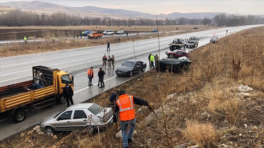Sivas'ta zincirleme kazada 10 araç hasar gördü!