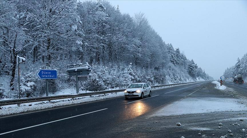 Bolu Dağı'nda kar yağışı etkili oluyor..