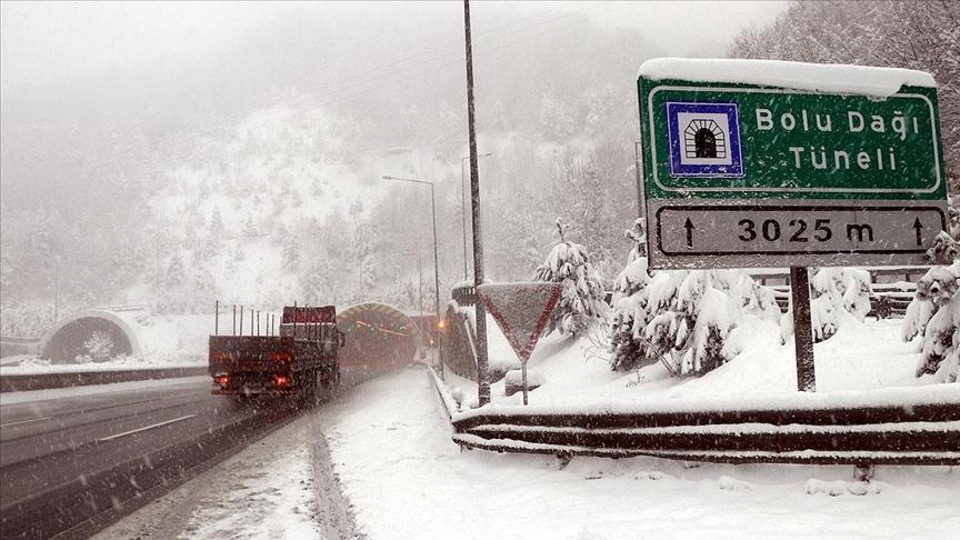 Bolu Dağı'nda yoğun kar yağışı etkisini sürdürüyor..
