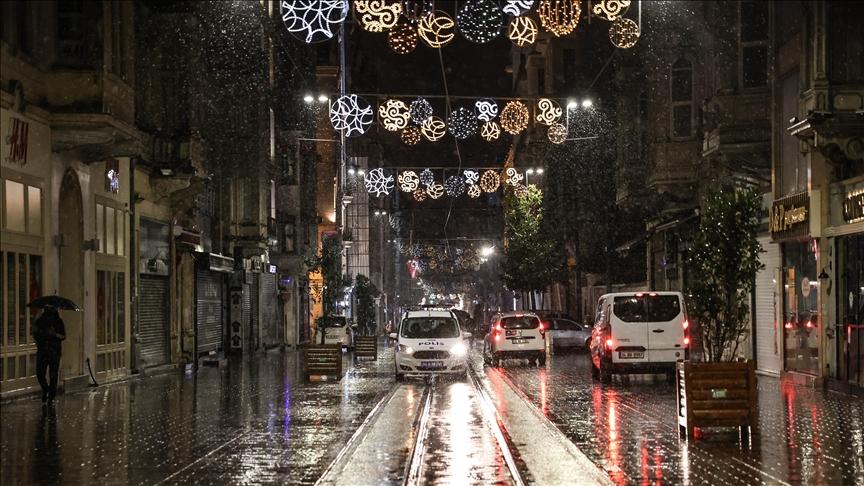 İstanbul'un bazı kesimlerinde kar yağışı etkisini sürdürüyor