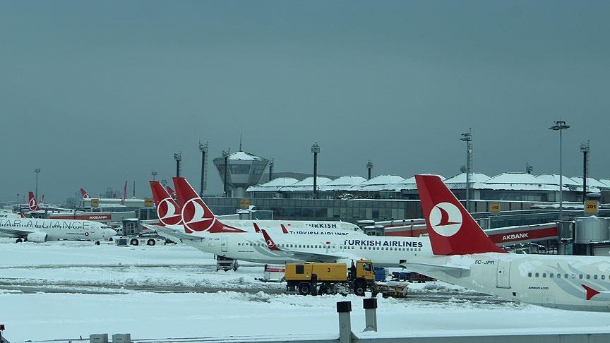 İstanbul Havalimanı'ndaki uçuşlar kar yağışına rağmen sürüyor
