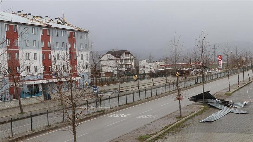 Bolu'da fırtınada çatılar uçtu, ağaçlar devrildi!