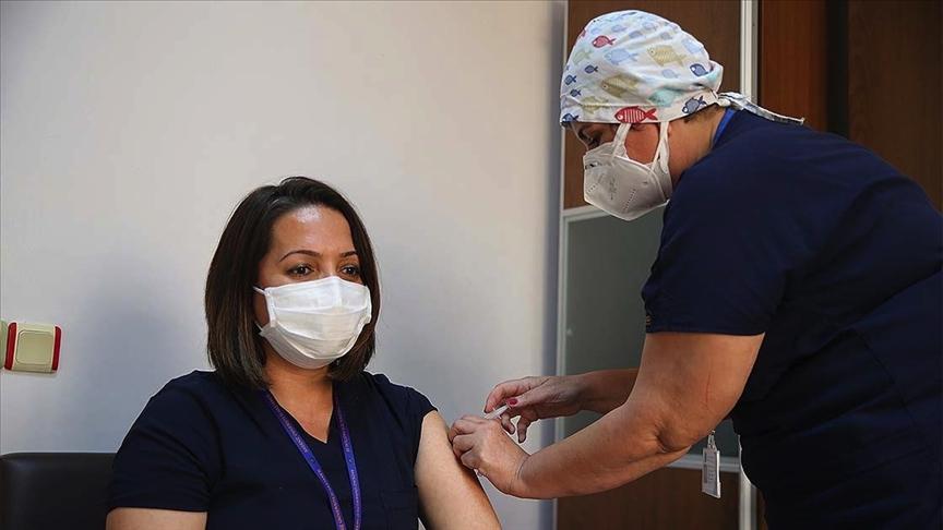 Sağlık çalışanları Kovid-19 aşısıyla kendilerini 'güvende' hissediyor