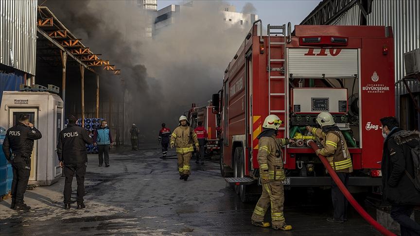 İstanbul'da geri dönüşüm tesisinde çıkan yangın kontrol altına alındı