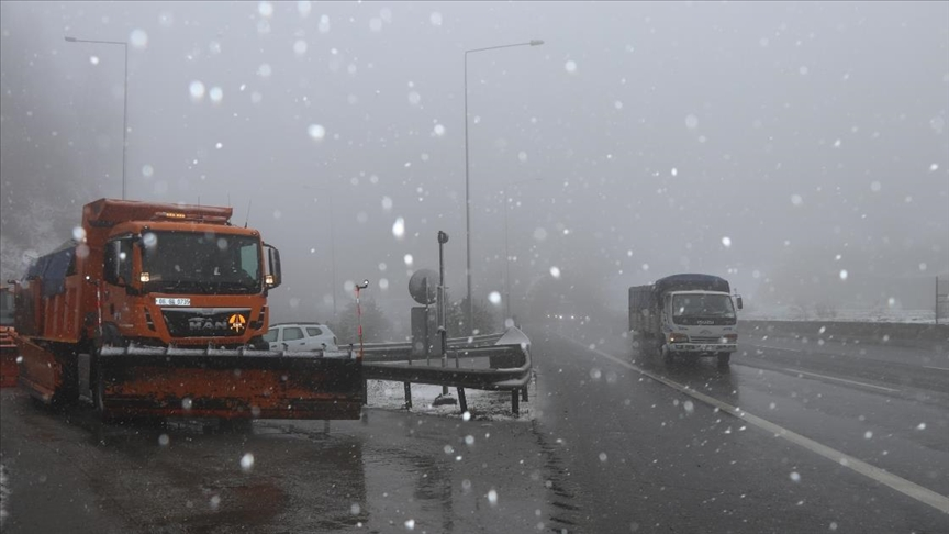 Bolu Dağı'nda kar, tipi ve sis etkili oluyor..