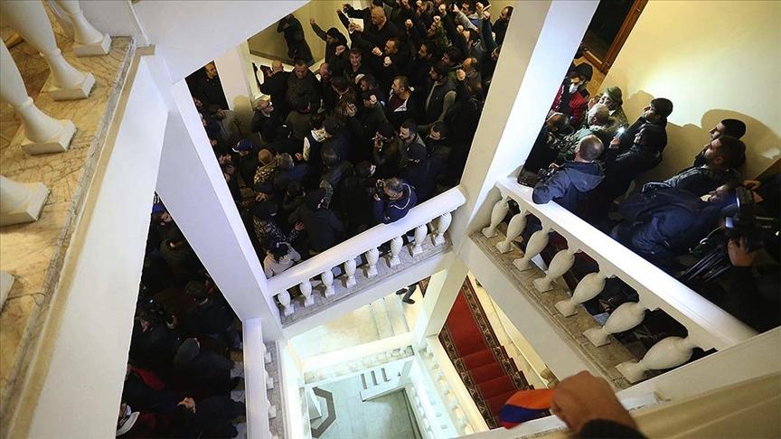 Ermenistan'da muhalifler hükümet binasını bastı!