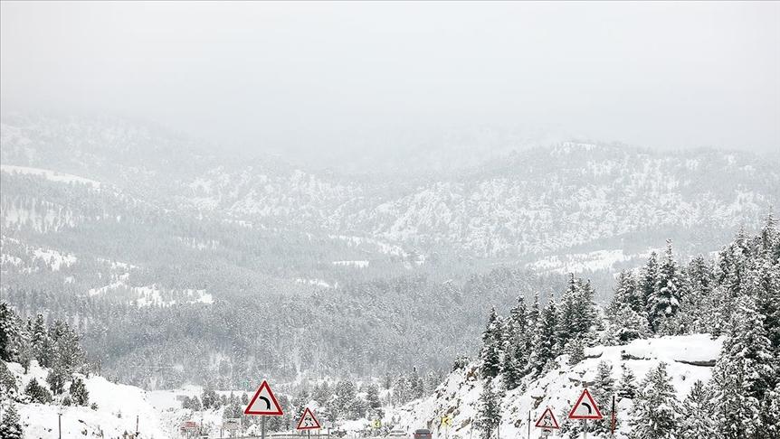 Konya-Antalya kara yolunda kar yağışı nedeniyle ulaşım güçlükle sağlanıyor