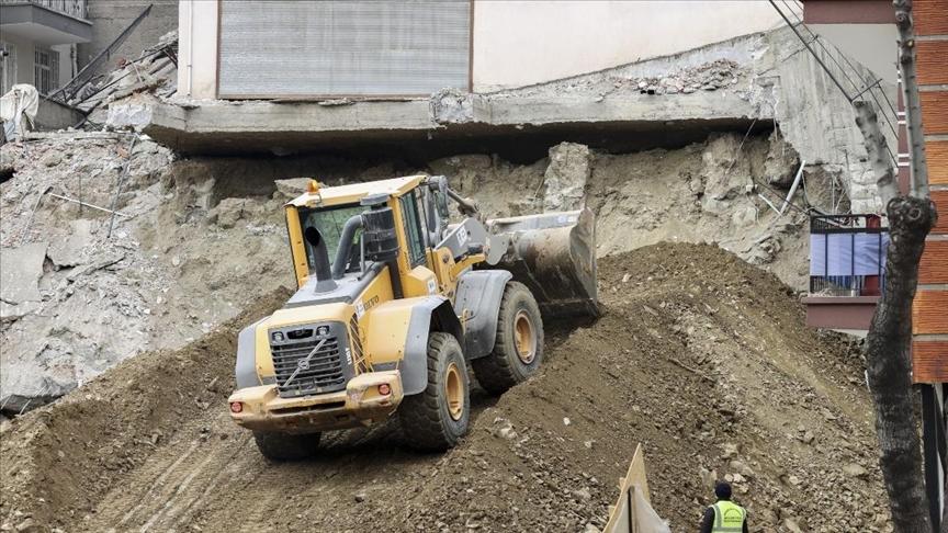 Çankaya'da çökme riski bulunan Açelya Apartmanı'nın kontrollü yıkım çalışmaları devam ediyor