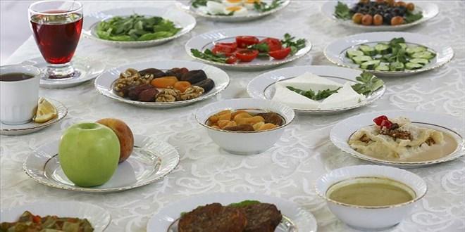 Oruç tutan yaşlılara hafif besinleri tüketmeleri öneri