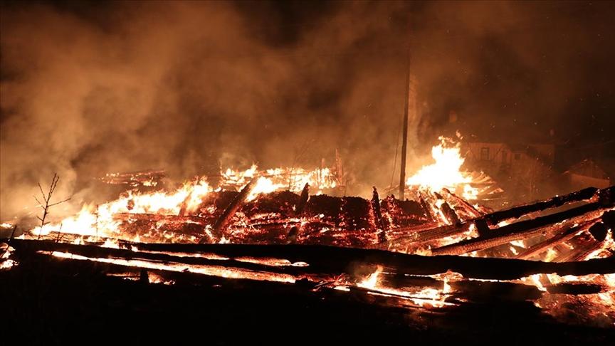 2 ev, 2 ahır ve samanlığın hasar gördüğü yangın kontrol altına alındı