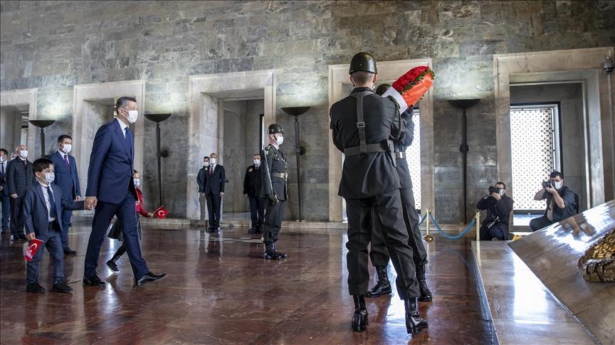 Bakan Selçuk, 23 Nisan Ulusal Egemenlik ve Çocuk Bayramı dolayısıyla Anıtkabir'i ziyaret etti