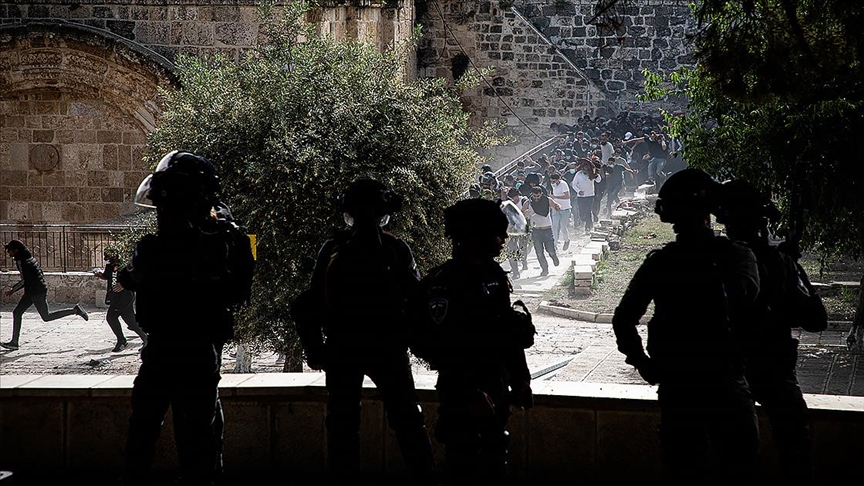 İsrail polisi, Mescid-i Aksa'da Filistinli gençlere saldırdı!