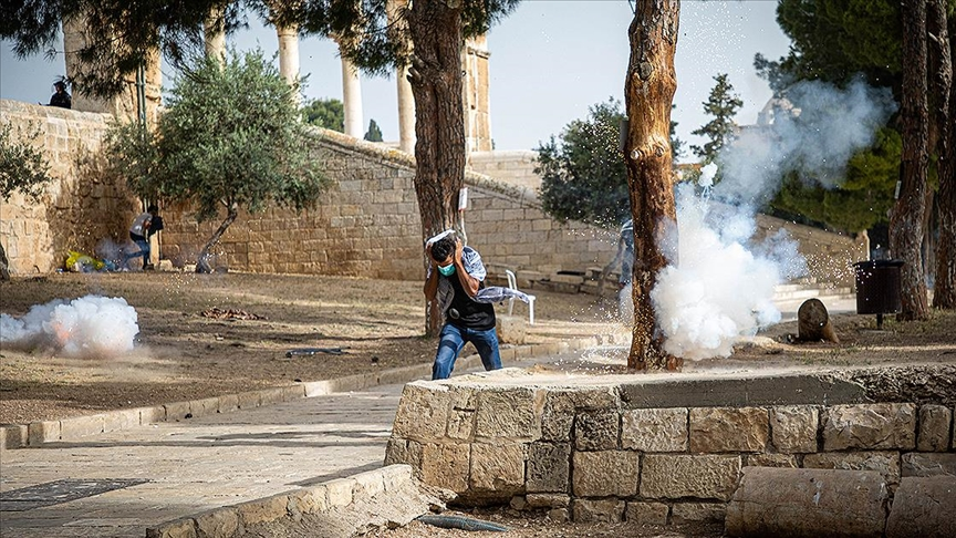 İsrail polisi Mescid-i Aksa'da itikaftaki Filistinlilere saldırdı: 7 yaralı