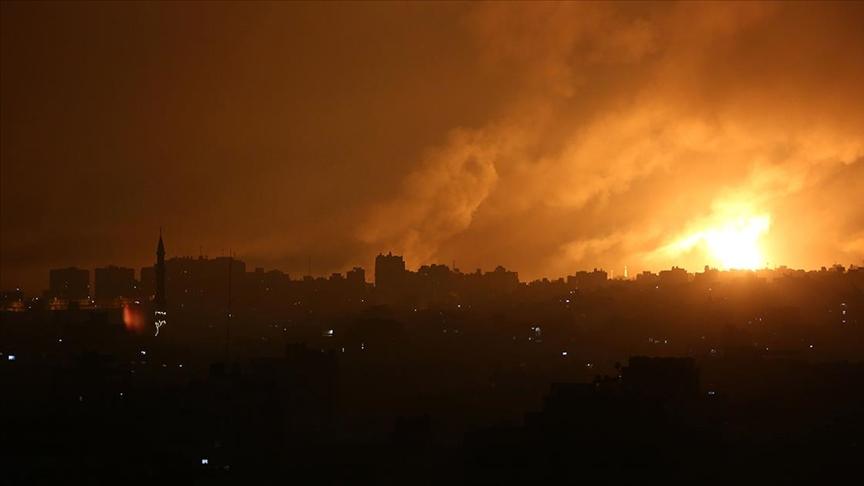 İsrail ordusu Gazze Şeridi'ni kara, hava ve denizden yoğun şekilde bombaladı