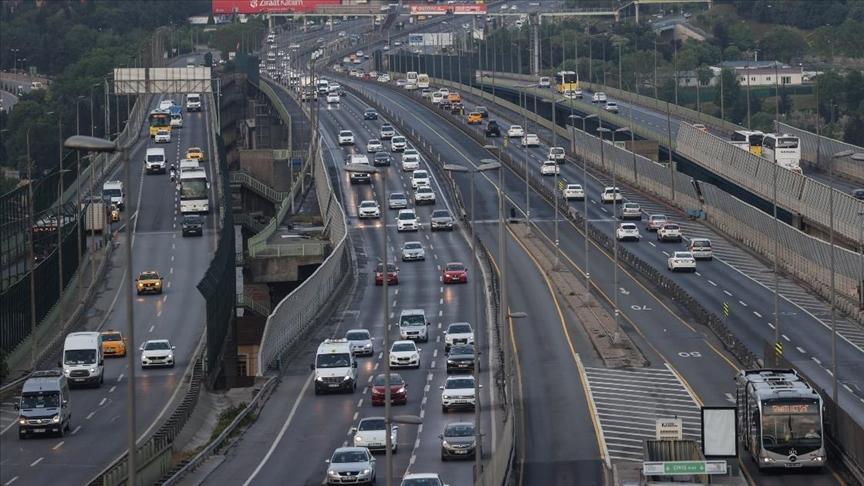 İstanbul'da 'tam kapanma' döneminin sona ermesiyle trafik yoğunluğu arttı