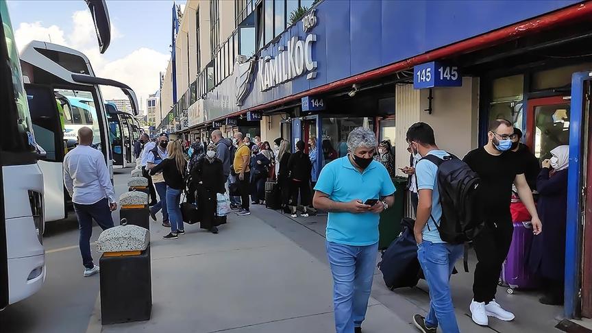 'Kademeli normalleşme'nin ilk gününde otogar ve havalimanlarında hareketlilik yaşanıyor