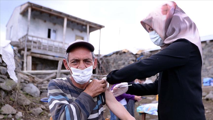Sağlık ekipleri bayramda da tüm zorlukları aşıp her noktaya aşı ulaştırmaya çalışıyor