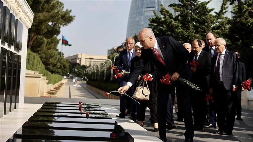 AK Parti heyeti Azerbaycan'da şehitlikleri ziyaret etti!