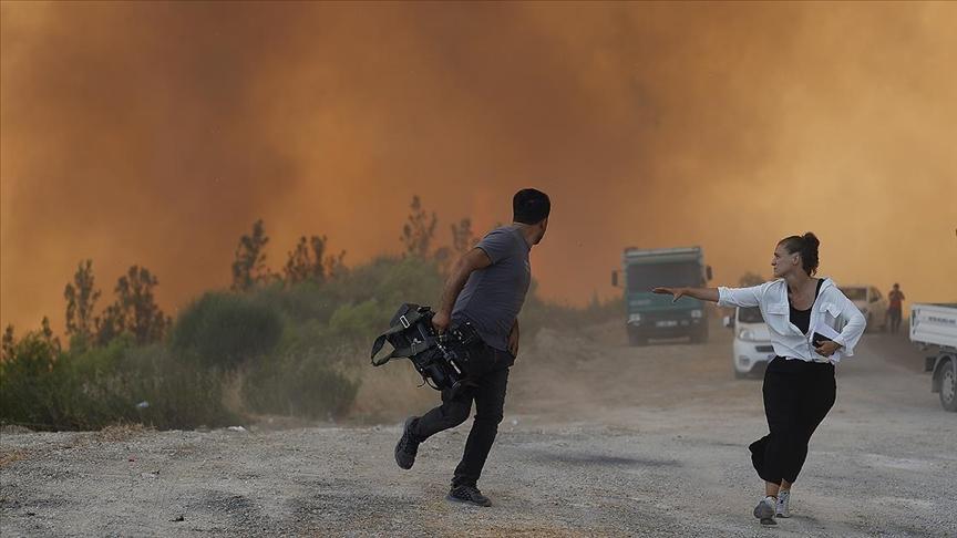 Manavgat'ta rüzgarın etkisiyle bir anda büyüyen alevler bölgedekilere zor anlar yaşattı