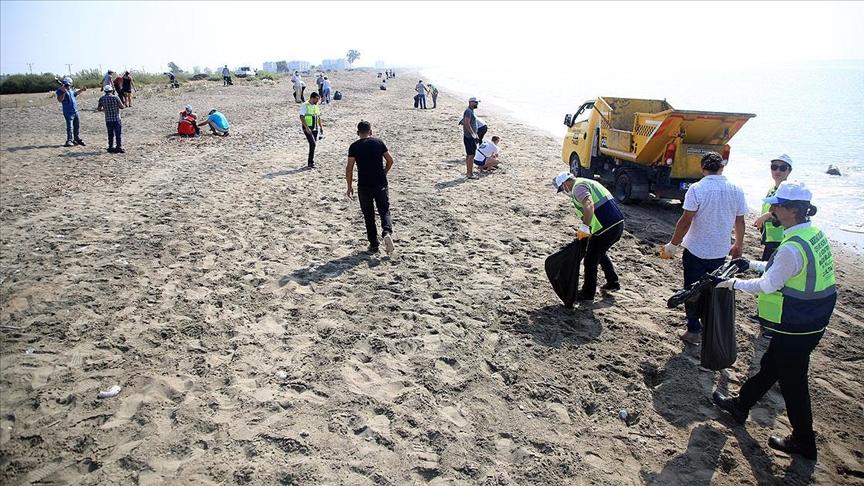 Mersin ve Hatay sahillerinde Suriye kaynaklı petrol sızıntısının temizlik çalışmaları sürüyor