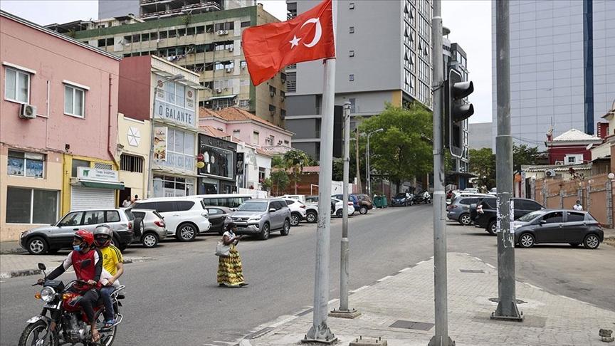 Cumhurbaşkanı Erdoğan'ın ziyareti öncesi Angola'nın başkenti Luanda Türk bayraklarıyla donatıldı
