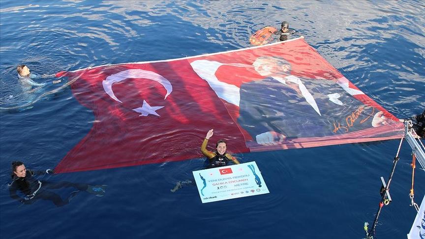 Şahika Ercümen Cumhuriyet'in 98. yılına ithafen 100 metreye dalarak dünya rekoru kırdı