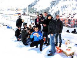 Erzurum Pmyo Öğrencileri Kar Üstünde Mangal Keyfi Yaptı