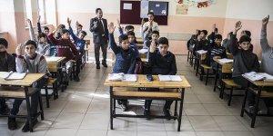 'Savaşın Çocukları'na öğretmenlik yapıyor
