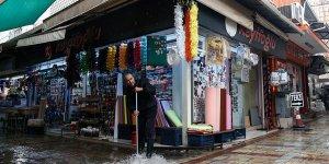 İzmir ve Bodrum'da sağanak hayatı olumsuz etkiliyor