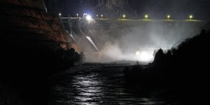 Dicle Barajı'nın kapaklarından biri yağış nedeniyle koptu