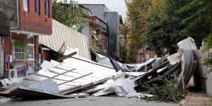 Kuvvetli fırtına Maltepe'de bir okulun çatısını uçurdu