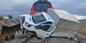 Hemzemin geçitten geçmeye çalışan kamyonete yük treni çarptı: 1 yaralı