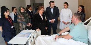 Pekcan tedavisi süren gümrük personelini ziyaret etti