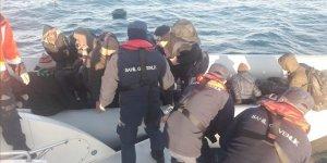 Didim açıklarında lastik bottaki 53 sığınmacı karaya çıkarıldı
