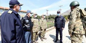 Bakan Akar, beraberindeki TSK Komuta Kademesi ile Gökçeada'da komandolarla bir araya geldi