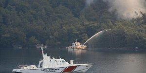 Marmaris'teki orman yangınına gemiyle denizden de müdahale ediliyor