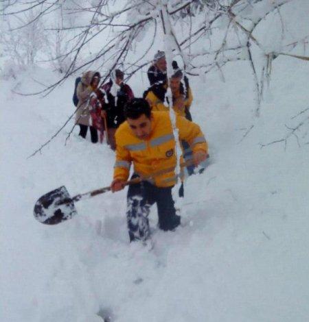 112 acil personeli 96'lık hastayı sırtında taşıdı