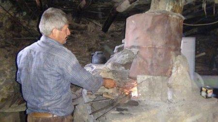 20 yıldır dağ başında tek başına demir dövüyor
