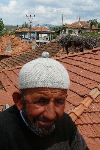 51 yıldır evinin çatısında leylekleri misafir ediyor